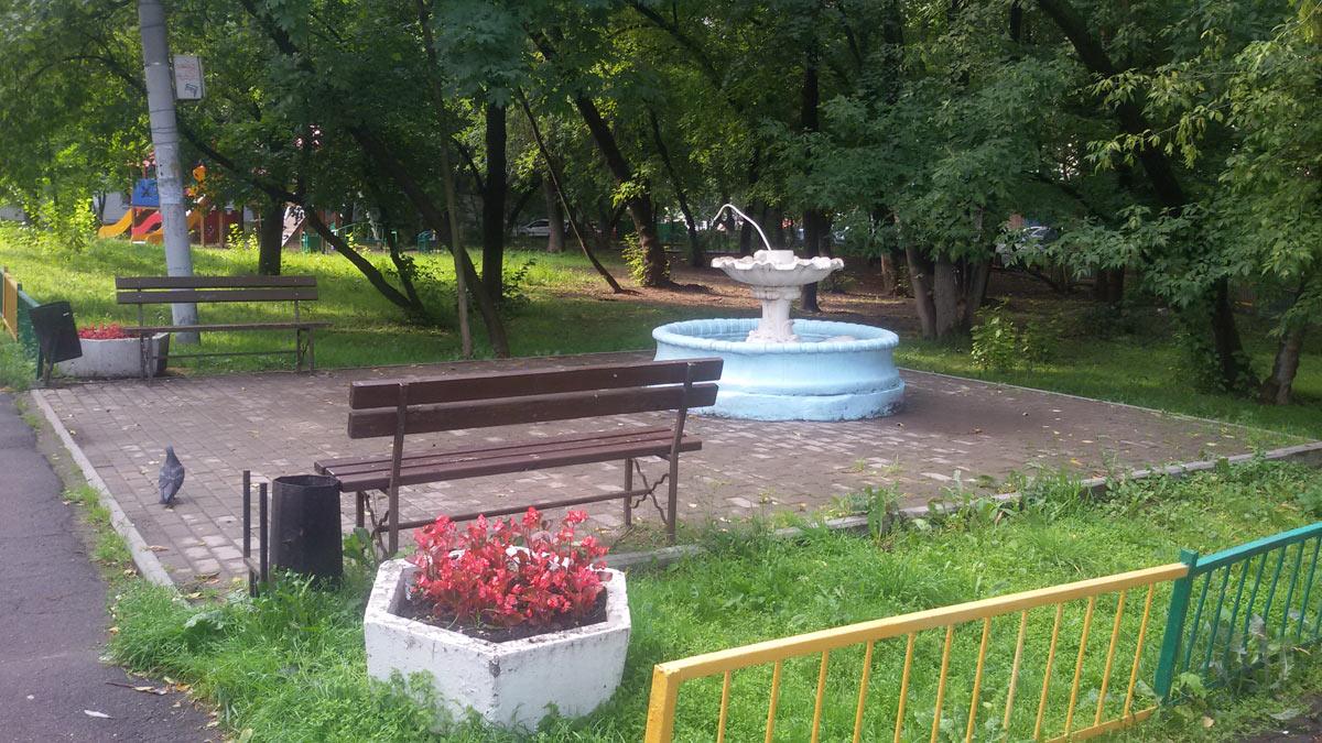 Сломанный фонтан в сквере возле дома